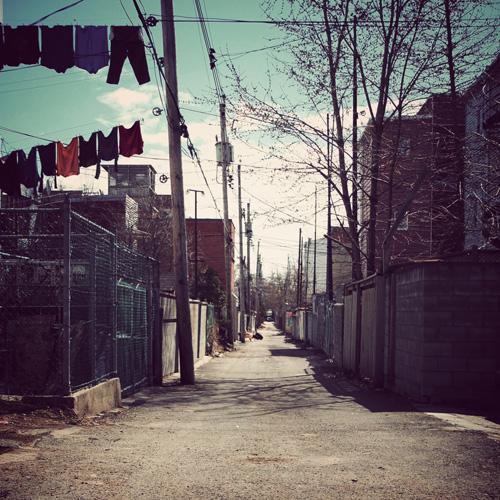 Le linge est étendu à l'arrière des maisons le long des ruelles