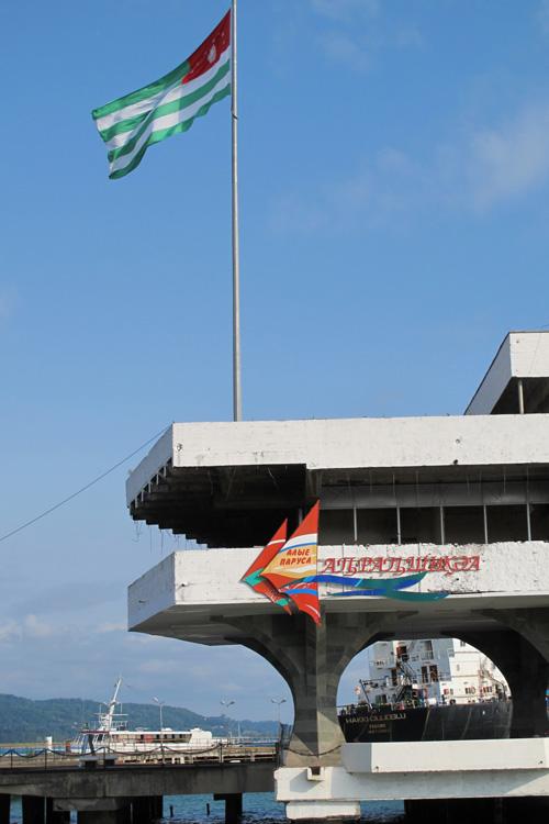 Drapeau abkhaze sur le port de Soukhoum(i)
